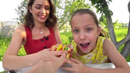 СЪЕЛА Резиновый Бургер и Макароны из Ниток Странные Игры с Едой / Вики Шоу